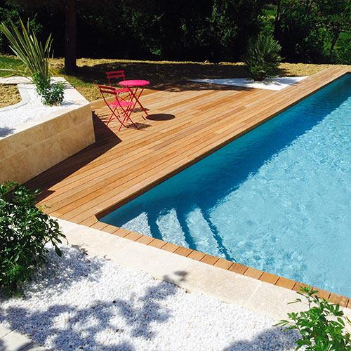 Plage de piscine en bois